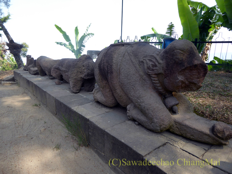 インドネシアのジャワ島にあるスクー寺院の象の石彫群