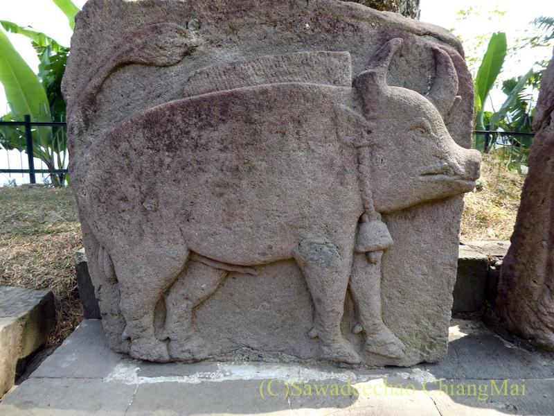 インドネシアのジャワ島にあるスクー寺院の豚の石彫