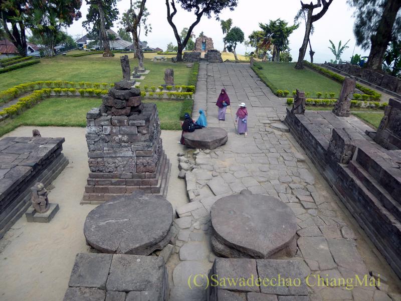 インドネシアのジャワ島にあるスクー寺院の本殿の上から来し方を振り返る