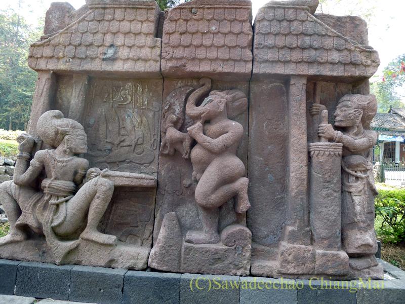 インドネシアのジャワ島にあるスクー寺院のヒンドゥー神話の石彫の壁