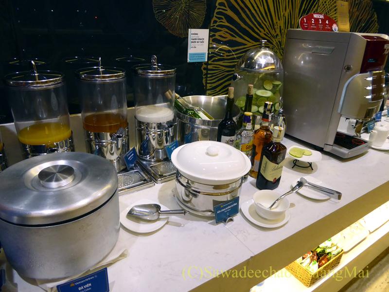 ベトナム・ホーチミン空港ベトナム航空ロータスラウンジのジュース類のコーナー