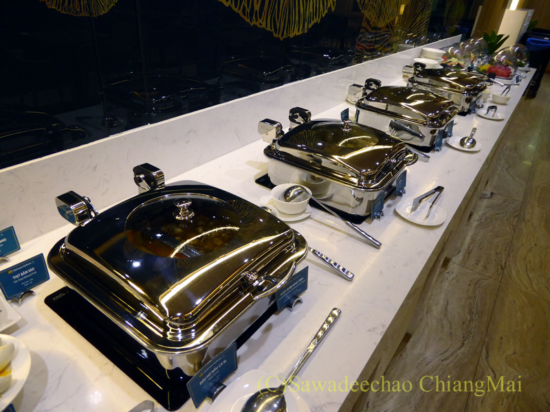 ベトナム・ホーチミン空港ベトナム航空ロータスラウンジの暖かい料理のコーナー