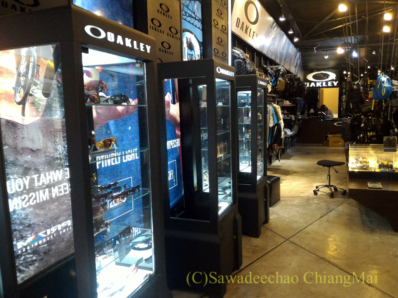 チェンマイのショッピングセンターにあるオークリーのショップの店内