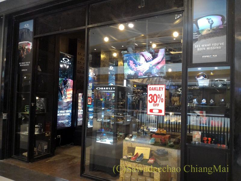 チェンマイのショッピングセンターにあるオークリーのショップ外観
