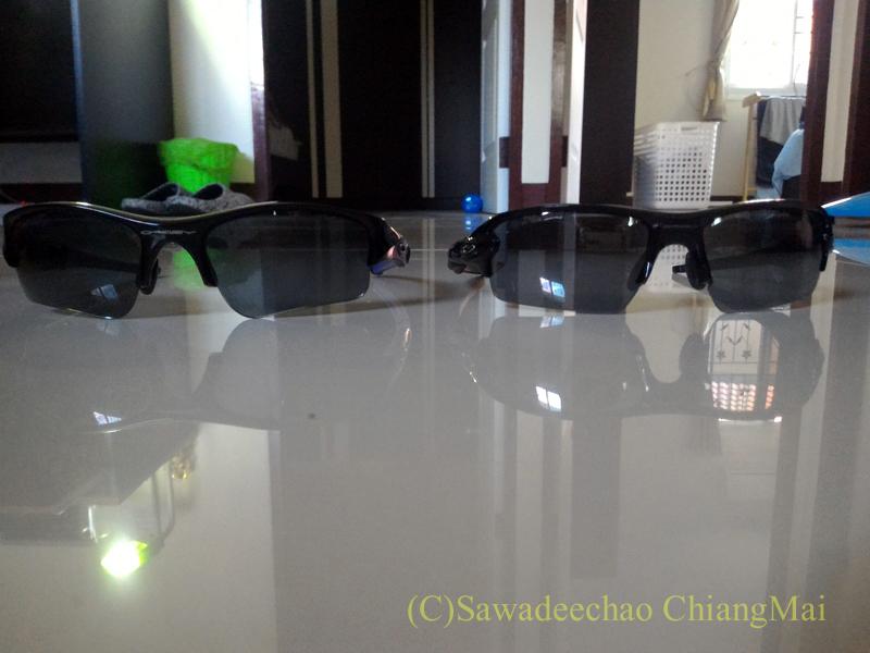 チェンマイで購入したオークリーのサングラスと古いものの正面からの比較