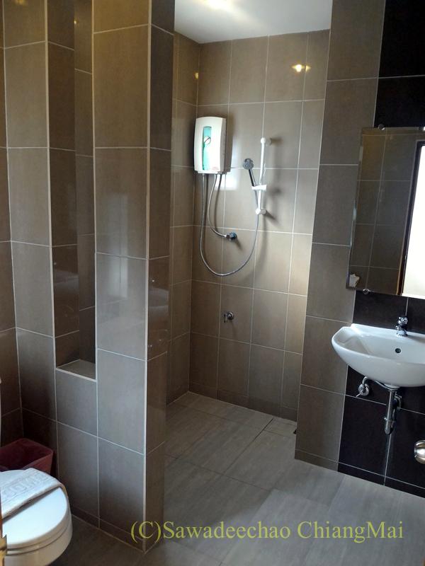タイのメーソートにある中級ホテル、J2ホテルのバスルーム