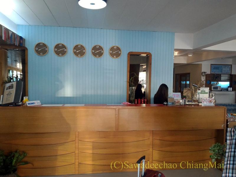 タイのメーソートにある中級ホテル、J2ホテルのフロント