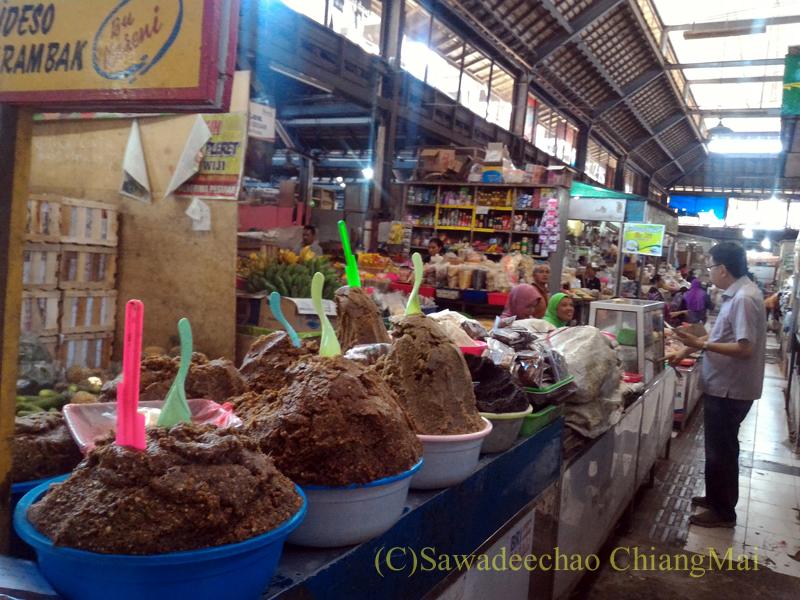 インドネシアのソロ(スラカルタ)にあるグデ市場のエビ味噌売り場