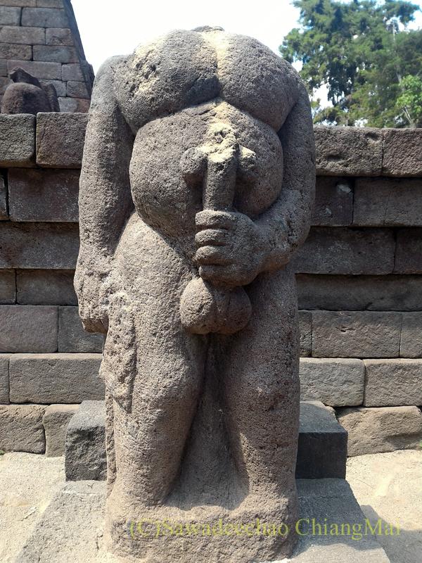 インドネシアのジャワ島にあるスクー寺院の男根を握った神の石彫