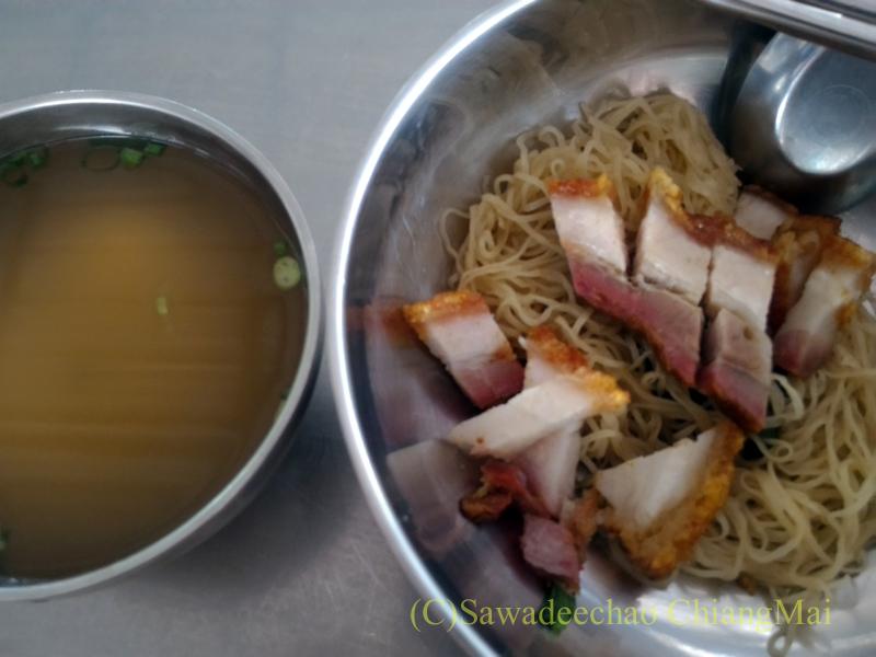 チェンマイの香港麺食堂珍婆婆香港美食店の汁なし焼肉麺