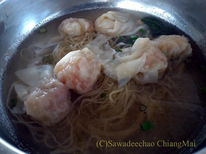 チェンマイの香港麺食堂珍婆婆香港美食店の汁ありワンタン麺