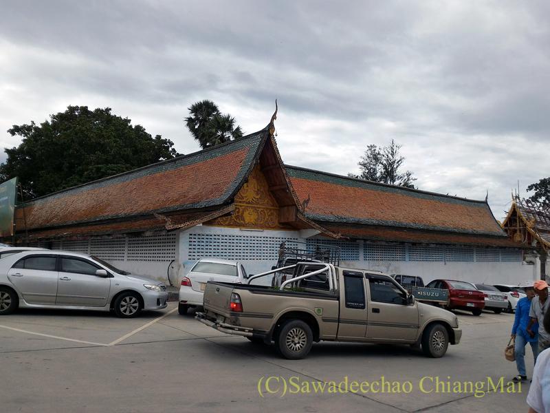 チェンマイ郊外にある寺院ワットプラタートシーチョムトーンの駐車場