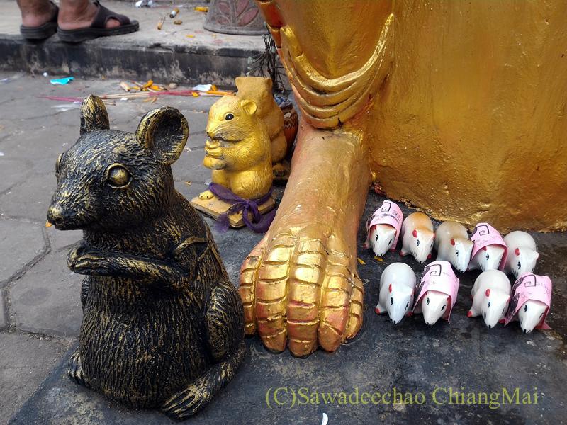 チェンマイ郊外にある寺院ワットプラタートシーチョムトーンの仏塔のネズミ