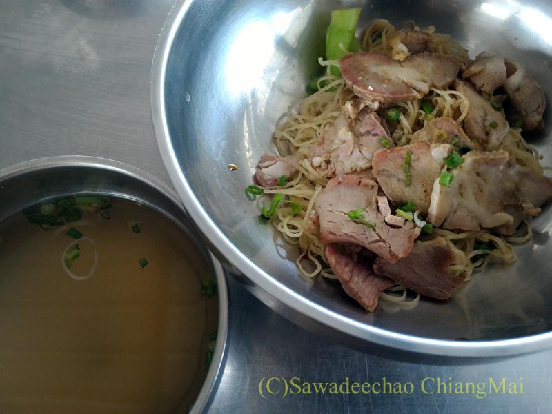 チェンマイの香港麺食堂珍婆婆香港美食店の汁なし叉焼麺