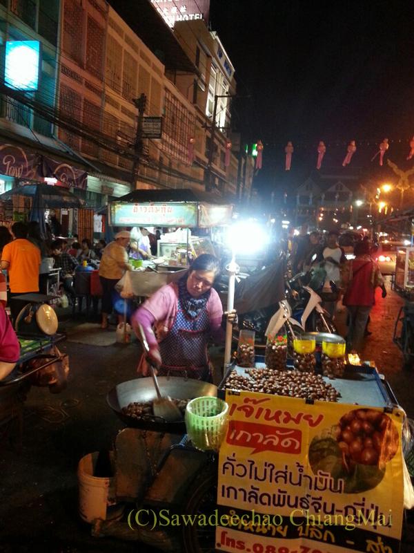 タイ最北の街メーサーイのナイトバザールの焼き栗屋台