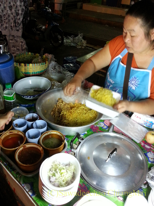 タイ最北の街メーサーイのナイトバザールのミールアムの屋台