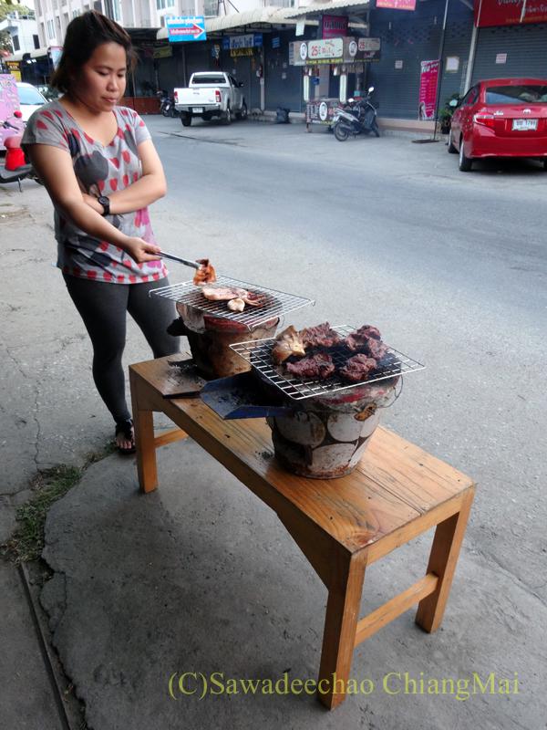 チェンマイのタイ人の家での大みそかの年越しパーティーの焼肉