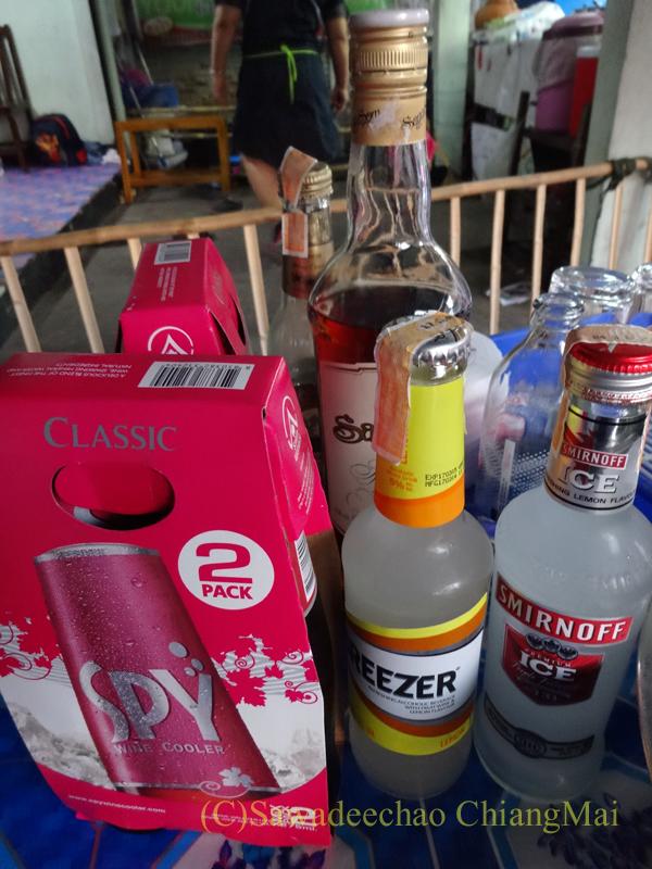 チェンマイのタイ人の家での大みそかの年越しパーティーの酒
