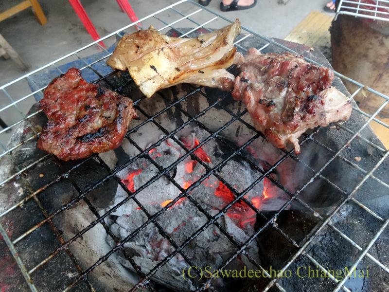 チェンマイのタイ人の家での大みそかの年越しパーティーの焼けた肉