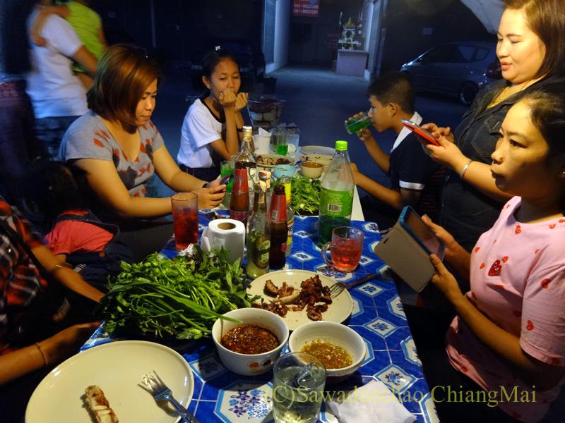 チェンマイのタイ人の家での大みそかの年越しパーティーのにぎわい