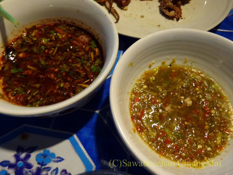 チェンマイのタイ人の家での大みそかの年越しパーティーの焼き物のタレ