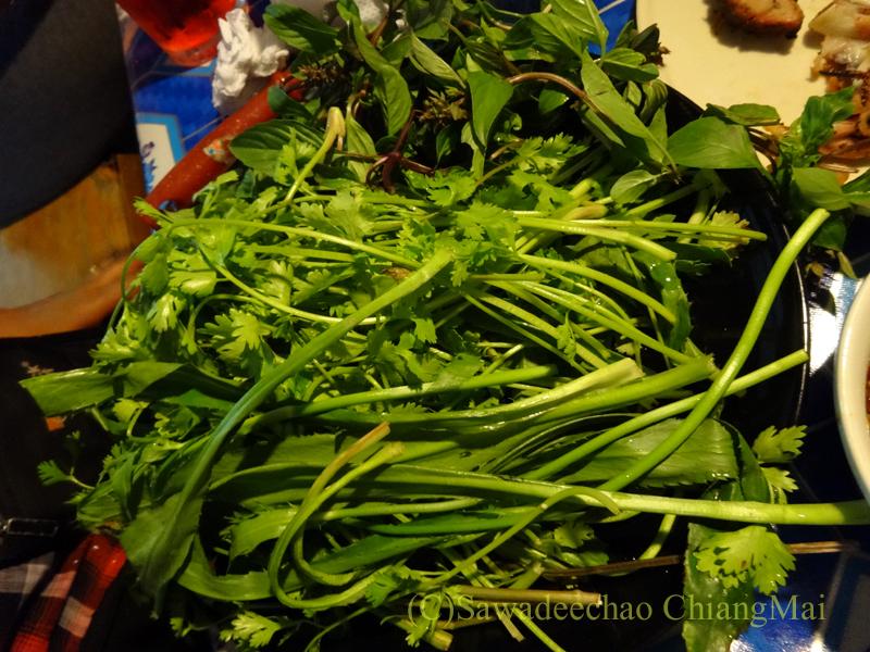 チェンマイのタイ人の家での大みそかの年越しパーティーの野菜