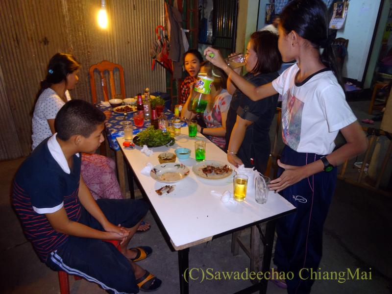 チェンマイのタイ人の家での大みそかの年越しパーティーのテーブル
