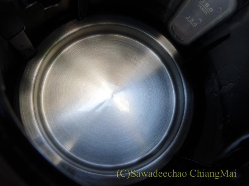 「電気ケトル洗浄中」を使ってきれいになった電気ケトルの底