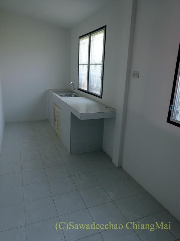 チェンマイで住む家を探す時に下見した郊外の格安新築一戸建て住宅のダイニングキッチン
