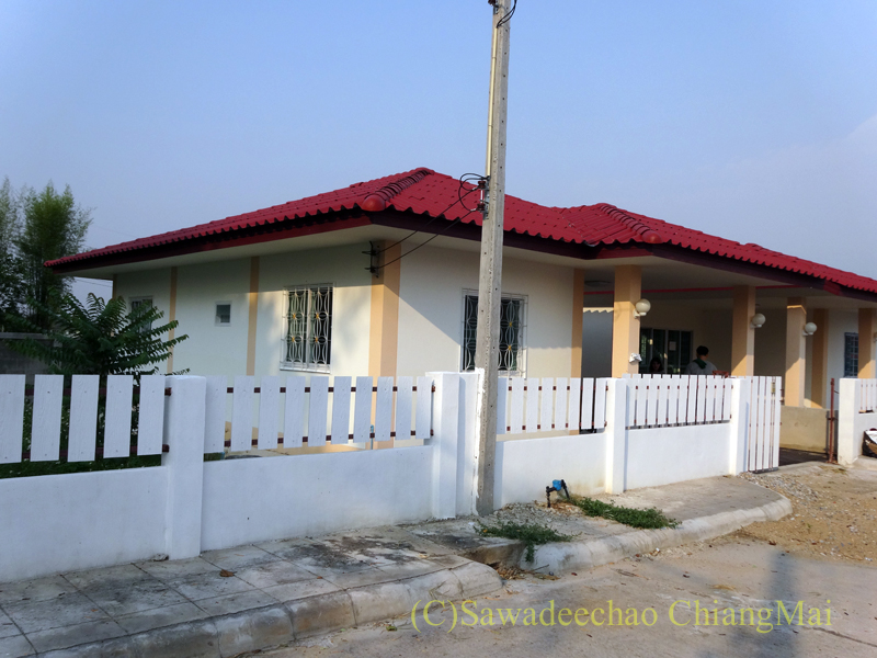 チェンマイで住む家を探す時に下見した郊外の格安新築一戸建て住宅の外観