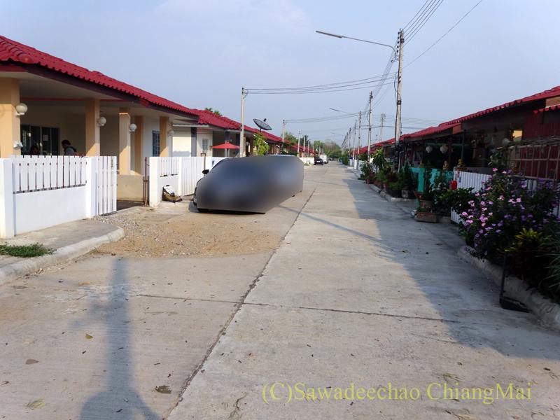 チェンマイで住む家を探す時に下見した郊外の庶民的な分譲住宅街