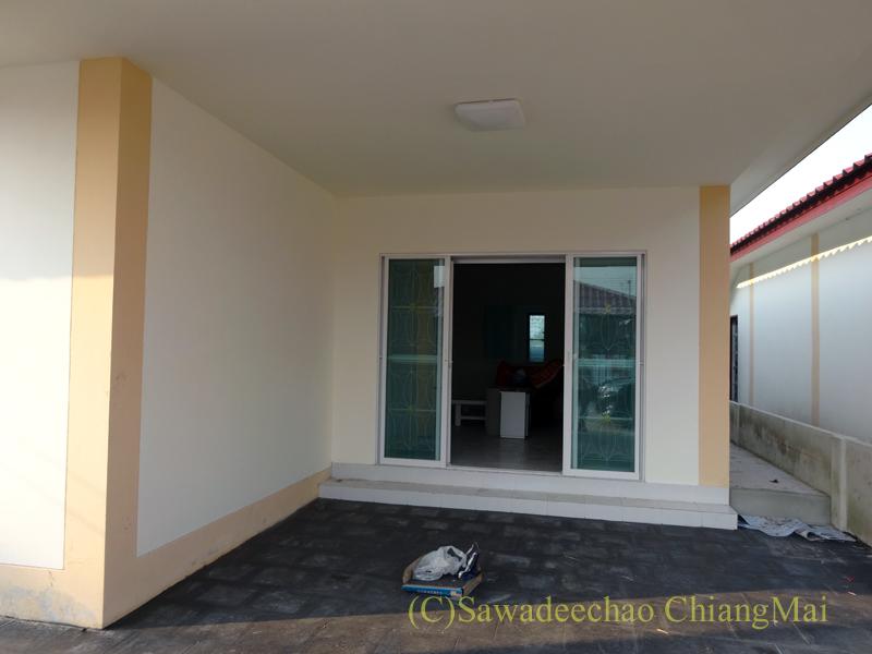 チェンマイで住む家を探す時に下見した郊外の格安新築一戸建て住宅のガレージ