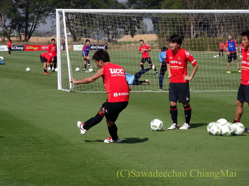 チェンマイ郊外にあるアルパインリゾートでの名古屋グランパスのパス練習
