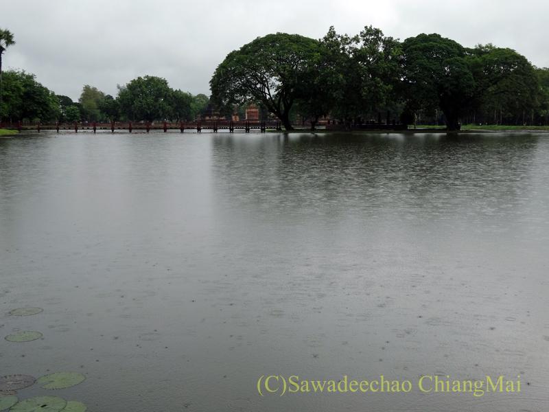タイのスコータイ遺跡のワットトラパンングンの前の池