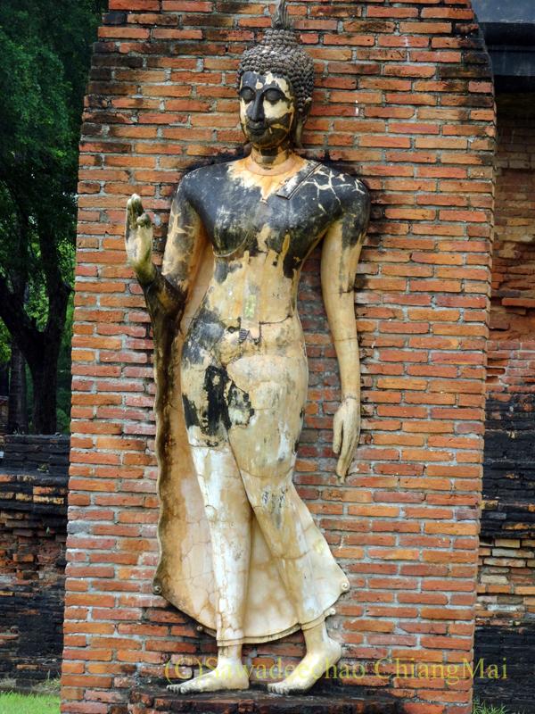 タイのスコータイ遺跡のワットトラパンングンの遊行仏像