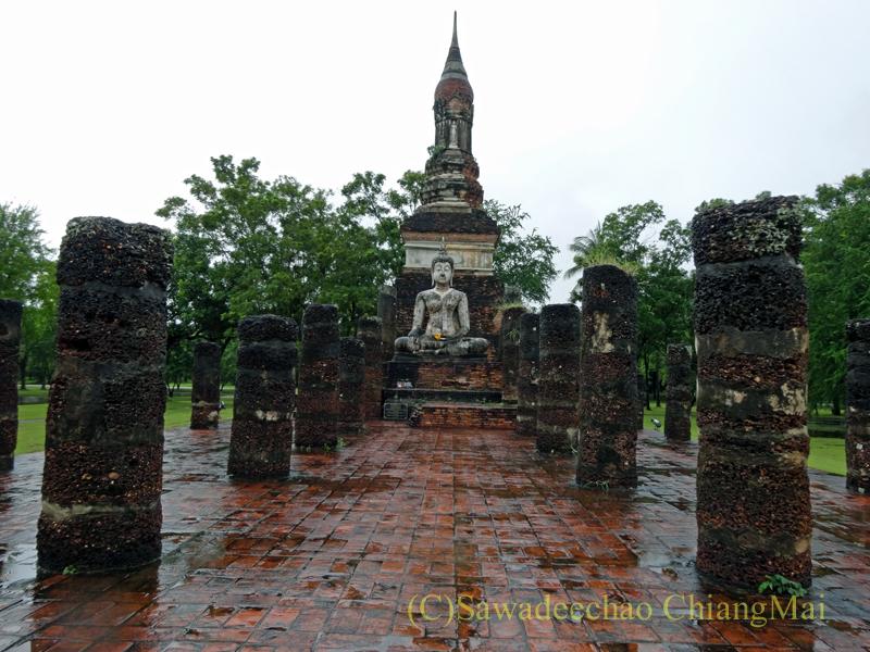 タイのスコータイ遺跡のワットトラパンングンの本堂と仏塔
