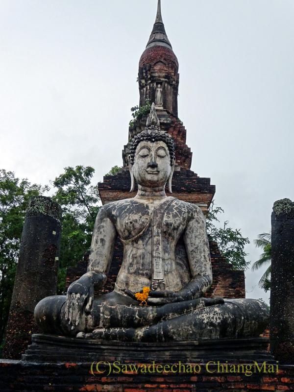 タイのスコータイ遺跡のワットトラパンングンの仏塔と本尊