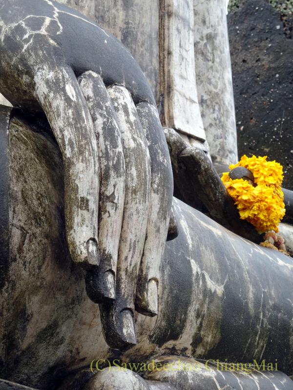 タイのスコータイ遺跡のワットトラパンングンの本尊の指