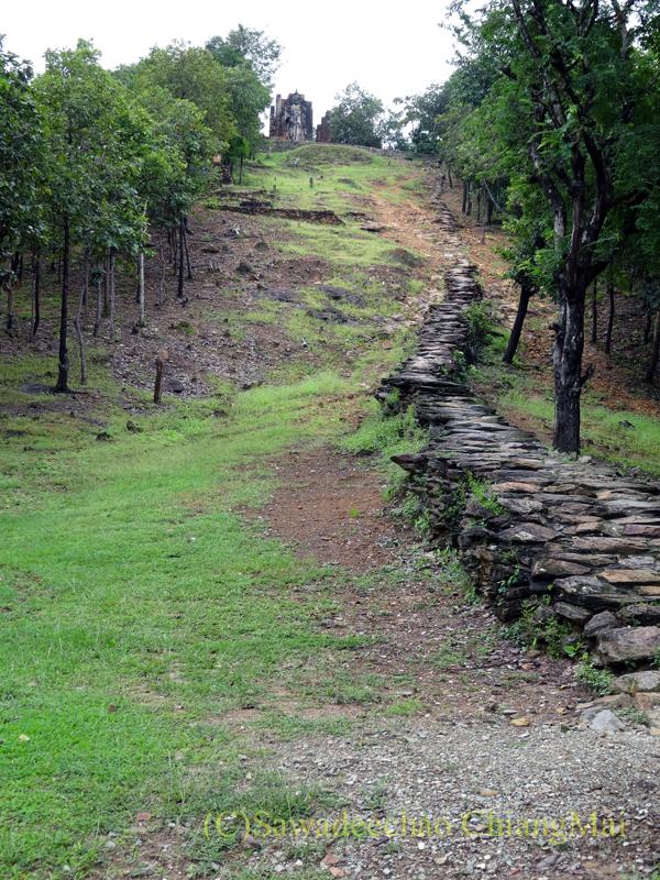 タイのスコータイ遺跡のワットサパーンヒンへと続く石段