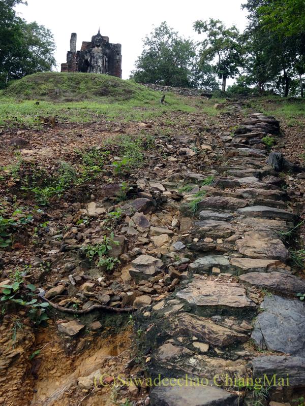 タイのスコータイ遺跡のワットサパーンヒンへと続く石段の終わり付近