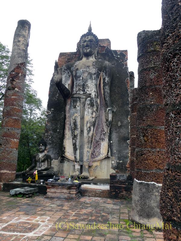 タイのスコータイ遺跡のワットサパーンヒンの仏像と本堂の柱