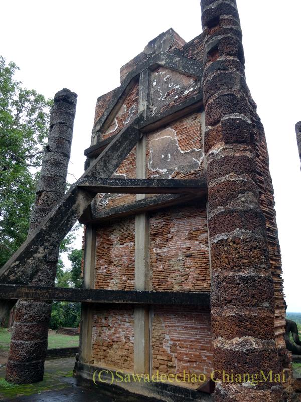 タイのスコータイ遺跡のワットサパーンヒンの立仏像の裏側