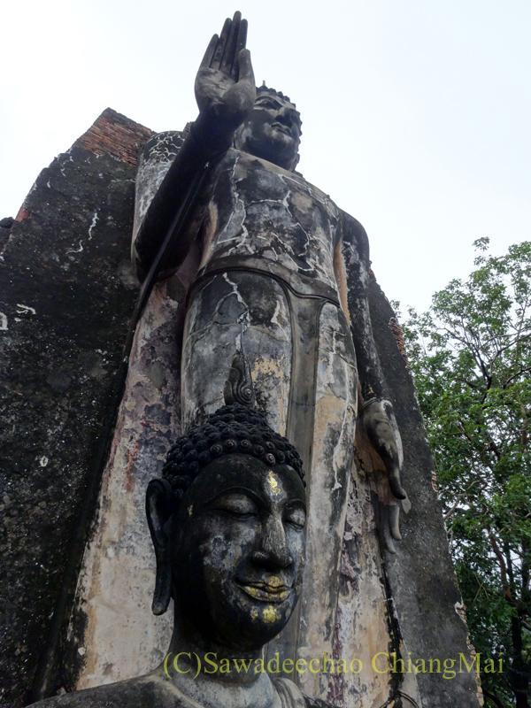 タイのスコータイ遺跡のワットサパーンヒンの立仏像