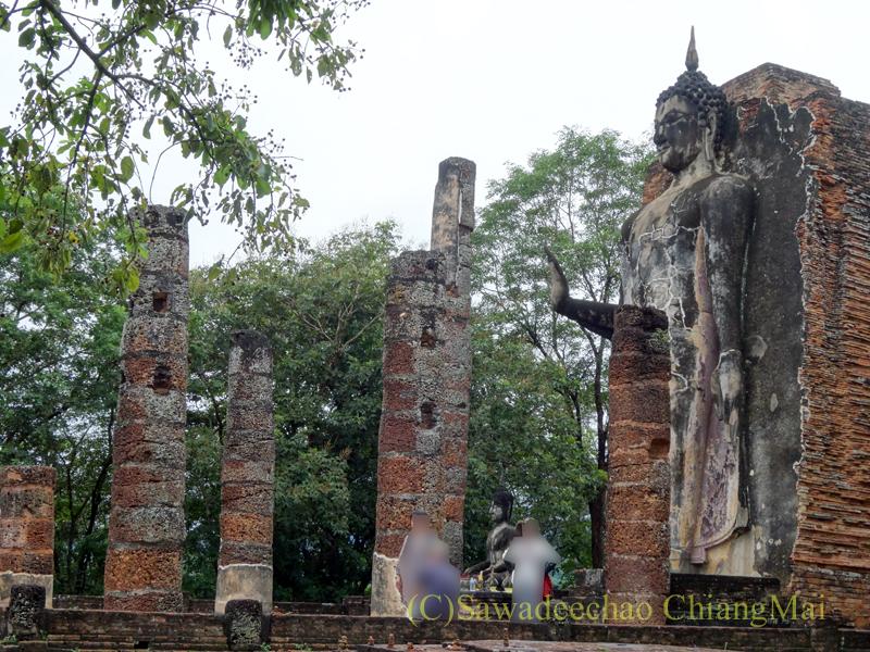 タイのスコータイ遺跡の小山の上に建つワットサパーンヒン