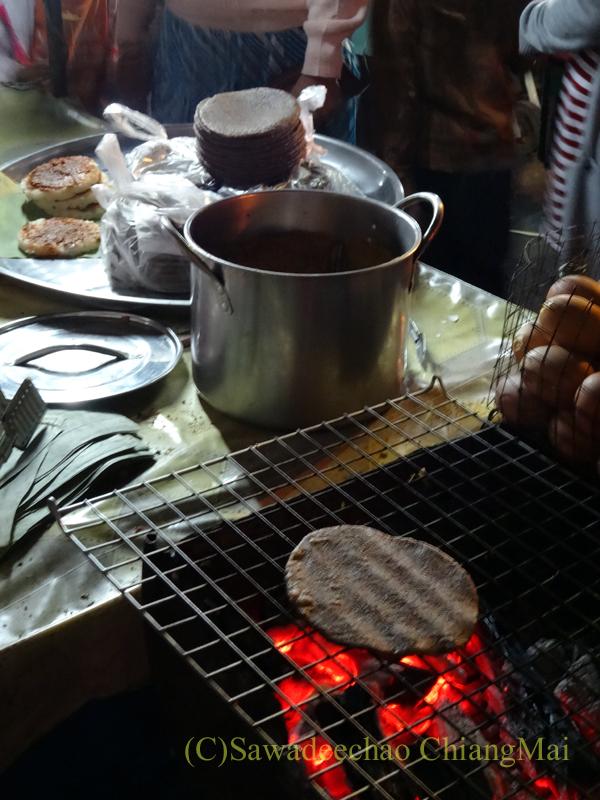 タイ最北の街メーサーイのナイトバザールの屋台で餅を焼いている様子
