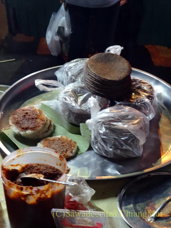タイ最北の街メーサーイのナイトバザールの焼き餅屋台