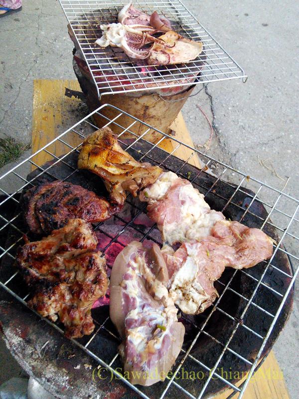 チェンマイのタイ人の家での大みそかの年越しパーティーの大量の焼肉