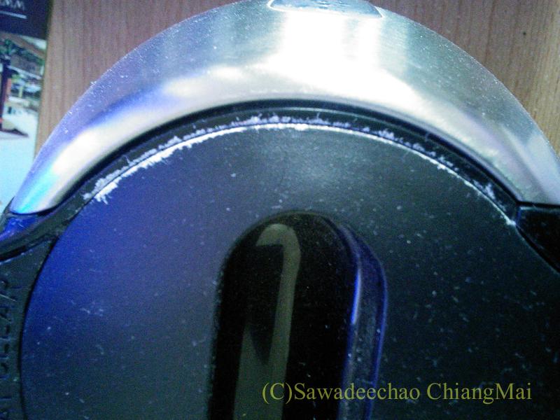 チェンマイ暮らしで使っている電気ケトルのふたについた水あか