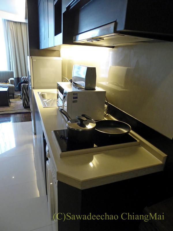 バンコクのジャスミンリゾートホテルのエグゼクティブルームのキッチン
