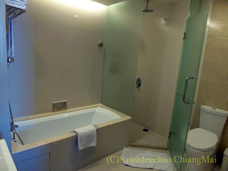 バンコクのジャスミンリゾートホテルのエグゼクティブルームのバスルーム概観